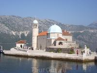 Церковь Богородицы Утеса построена на самом большом в Европе искусственно созданном острове. Традиция привозить на остров камни существует до сих пор.
