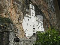 Высокогорный монастырь Острог, вырублен прямо в скале.