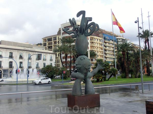 Пройдя через небольшой переулок мы вышли на La Plaza Puerta del Mar. Площадь довольно большая. Если стоять спиной к скульптуре, то слева будет городской пляж Postiguet, прямо променад, ведущий к казино, справа - порт.