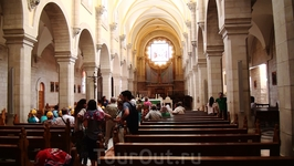 Слева от входа в храм, после францисканского дворика, можно попасть в церковь Святой Екатерины, принадлежащей католикам.