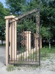 В центрее заборы, если они есть, красивы, изящны. Ворота как пример.