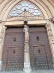 А главный вход украшает фигура Девы с младенцем и тимпан со сценами Страшного Суда, автром которого был тоже Jaume Cascalls. Металлическая дверь была сделана ...