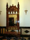 Интерьеры отеля-дворца вполне соответствуют стилю и духу, в коридорах и холлах много таких вот антикварных вещей - сундуков, зеркал, скамеечек.
