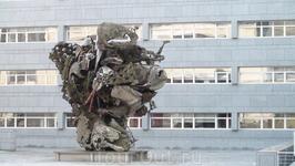 Это тоже плоды буйной фантазии. Памятник из лома.