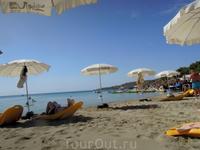 Территория пляжа  2013г. На таких  лежаках можно плавать в море
