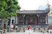 В южной части храма находится 400-летняя оперная сцена. Говорят, что это самая древняя сцена в провинции.