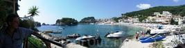 Панорамный снимок бухты и городка. Пока снимали панораму, на прицеп грузили только подошедший с моря катерок.
