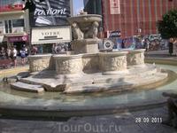 Та же улица приводит к площади, если не ошибаюсь Венизелоса, на которой фонтан Морозини. Рядом там еще церковь св. Тита, которую мы посетили, но фоток почему-то нет...