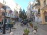 Узенькие улочки со старыми домами в столице острова Киркиры.
