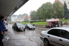 а это пункт проката велосипедов, точнее экскурсии велосипедные, рядом с инфопунктом на Нигулисте. Идет дождь и нам рекомендуют купитьь дождевики и присоединится ...