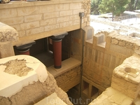 Кносс- археологический заповедник.причем священные двойные рога на постаменте сохранились до сих пор.