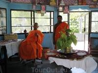 Это монахи в одном из монастырей по пути на сафари.