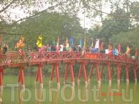 Красный мост на озере Хоанкьем,  ведет к острову на котором стоит храм Нифритовой горы