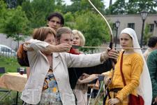 Гостям фестиваля предоставилась возможность пострелять из лука Фестиваль Кузница счастья-2012
