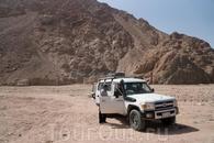 Джип.  На таком транспорте проводятся экскурсии в голубую лагуну и каньон.