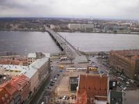 Каменный мост (латыш. Akmens tilts, ранее Октябрьский мост) — один из мостов через Даугаву в Риге. Открыт в 1957 году. Мост соединяет центр Риги (правый ...