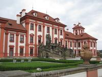 Тройский замок, рядом с Ботаническим садом