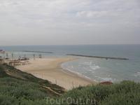 Последнее фото с нашего обрыва. Вид на пляж Нетании. День отъезда, в отличии от всех дней нашего пребывания, был пасмурный.