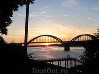 Закат на Волге. Солнце заходит за Волжским мостом
