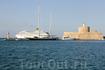 Огромные туристические паромы заходят в порт Родоса
