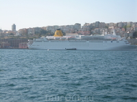 вот такие круизные лайнеры заглядывают в Стамбул :)