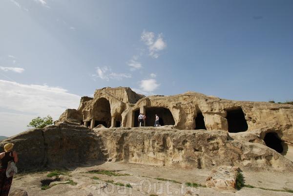 Уплисцихе - пещерный город, один из первых городов на территории Грузии. Возник в конце II — в начале I тысячелетия до н. э.  На каменных ступенях отпечатались ступни ног. Это сколько же нужно было раз по ним пройти? Невероятно, но каменные подпорки вблизи ...