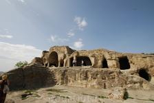 Уплисцихе - пещерный город, один из первых городов на территории Грузии. Возник в конце II — в начале I тысячелетия до н. э.  На каменных ступенях отпечатались ступни ног. Это сколько же нужно было ра
