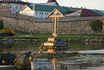 Крест, встречающий и провожающий паломников в бухте Благополучия восстановлен в 2004 году.