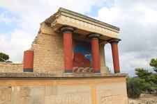 Версии гибели дворца. При раскопках не были найдены трупы людей и животных. Существует версия, что после извержения жители Кносса и других дворцов Крита ...