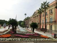 Современный вид Glorieta de España приобрела в начале 60-х годов под руководством архитектора Daniel Carbonell, который расширил площадь и открыл пространство ...