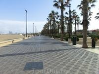 В городе три больших, следующих один за другим пляжа. Мы доехали только до первого La Playa del Cabañal или Playa de las Arenas. В принципе, мало чем отличается ...