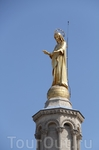 Мадонна взирающая на город с собора Нотр-Дам-де-Дом