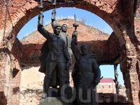 Мемориальный комплекс, посвященный Героическим защитникам крепости, был открыт 9 мая 1985 года