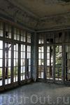 Разбитые стёкла, отваливается штукатурка и краска закручивается в своеобразные кудри, доски скрепят...