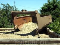 Ковш-памятник. В песочнице - кусочки янтаря