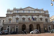 театр La Scala, если не знать, то можно и мимо пройти, но внутри - красотища!