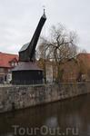 Старинный подъемный кран. Предшественник этого деревянного, крытого медью кран,а упоминается уже в документах 1346 года. Нынешний был построен в 1797 году ...