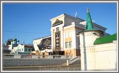 """развлекательный центр """"Ренессанс"""" - бывшее здание кинотеатра """"Родина"""" (первого в городе).На переднем плане - угловая башенка монастырской стены."""
