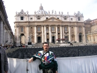 На площади Петра и Павла перед входом в Ватикан