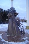 Печальная дама перед центральным кладбищем