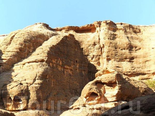 Петра - одно из истинных чудес света. Этот город высечен из песчаных скал набатеями - народом арамейского происхождения. Каждый камень достоин того, чтобы любоваться им часами...
