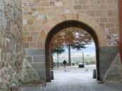Мы подошли к городской стене и к одному из выходов из города. Выход на Paseo del Rastro - пешеходную зону, которая тянется вдоль крепостных стен.