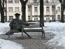 «Минчанка» - бронзовая девица с длинными ногами, сидящая на садовой скамейке. Михайловский сквер.