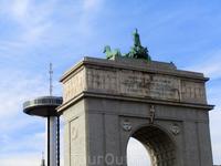 Сооружение, возвышающееся в центре Plaza de Moncloa называется Arco de la Victoria (Арка победы). Построили ее в 1956 году и она символизирует победу генерала Франко в битве с республиканцами за Мадри