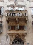 здесь тоже красивые балконы, украшенные цветами