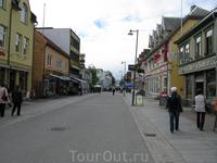 Tromso оказался приятный небольшой чистый городок. Погуляли немного по центру, зашли в рыбный магазинчик, прикупили на вечер рыбы и крабов на пробу.
