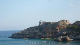 Пляжное место отдыхающих на южном берегу Крита-бухта Лутра.