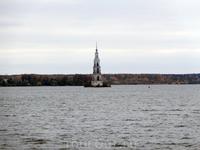 Вот так вот наблюдая за осенью на Волге, мы доплыли до Калязина. Главная достопримечательность Калязина, колокольня Никольского собора (1796-1800), стала ...