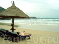 Пляж Vinpearl - заботливые служки переносили ваши шлепанцы во время прилива в безопасное место, пока вы сладко спали под зонтом