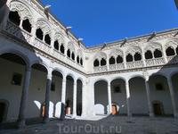 А это el Patio Mayor (главное патио) дворца, построенного в XVI веке. Потрясающей красоты двор, украшенный резными и балконами и множеством горгулий.